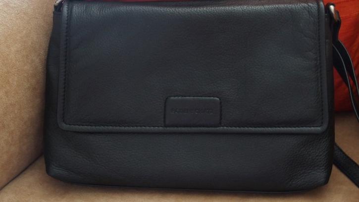 Schwarze Ledertasche mit Schulterriemen Kleidung & Accessoires