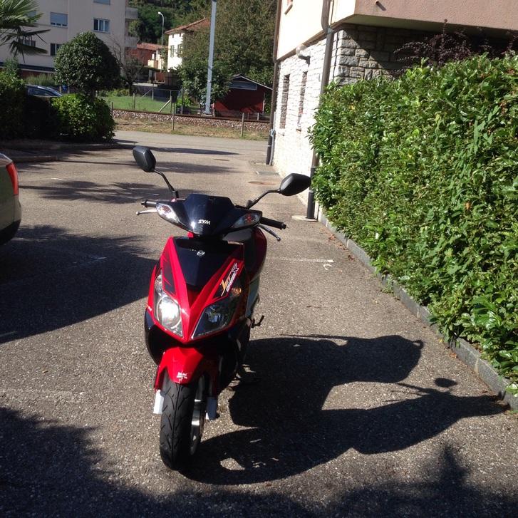 Vero affare vendo bellissimo scooter sym 50 usato pocchissimo tenuto bene e perfettamente funzionante in ottime condizioni fr 700  Fahrzeuge 4