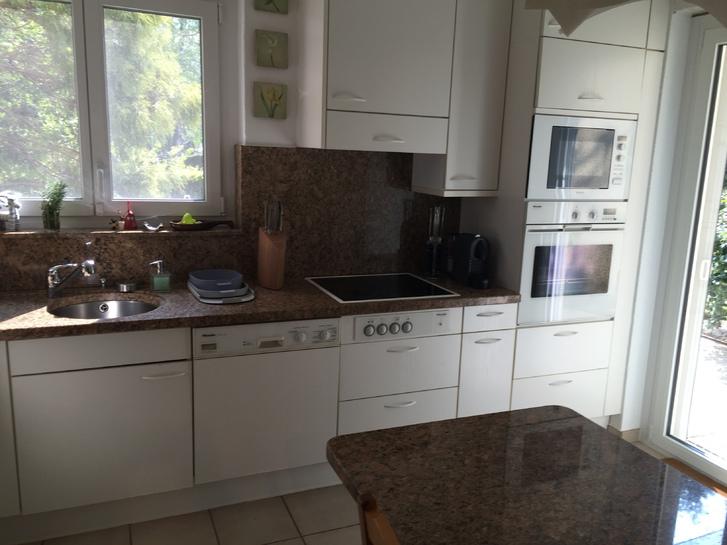 Cucina con piani e tavolo in marmo, completa di elettrodomestici Miele Haushalt