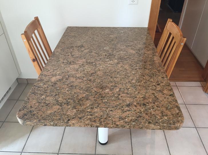 Cucina con piani e tavolo in marmo, completa di elettrodomestici Miele Haushalt 2