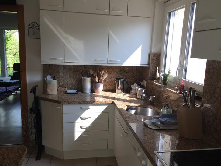 Cucina con piani e tavolo in marmo, completa di elettrodomestici Miele Haushalt 4