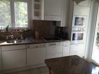 Cucina con piani e tavolo in marmo, completa di elettrodomestici Miele